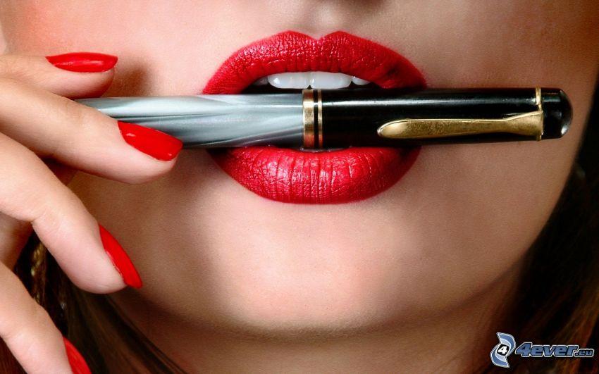 czerwone usta, pióro, pomalowane paznokcie