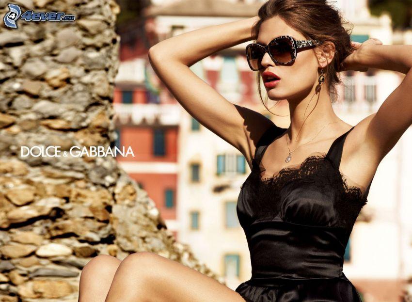 Dolce & Gabbana, brunetka, okulary przeciwsłoneczne, czarna sukienka