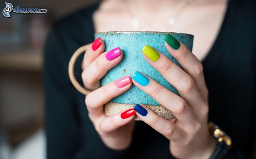 filiżanka, pomalowane paznokcie