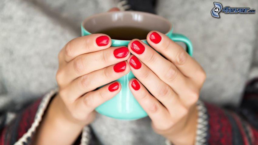 pomalowane paznokcie, filiżanka herbaty