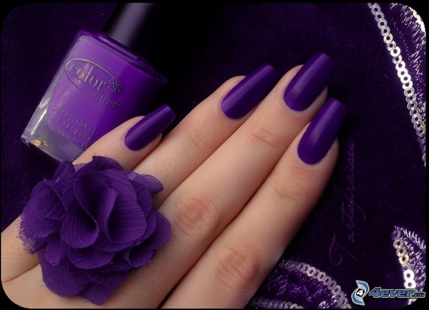 pomalowane paznokcie, pierścień