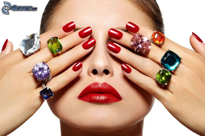 pomalowane paznokcie, pierścionki, twarz, czerwone usta