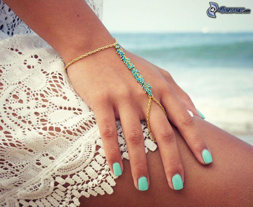 bransoletka, ręka, morze, pomalowane paznokcie