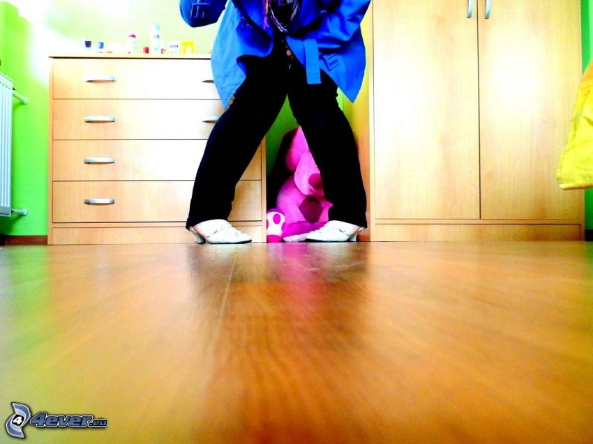 nogi, podłoga, buty, płaszcz, szafa