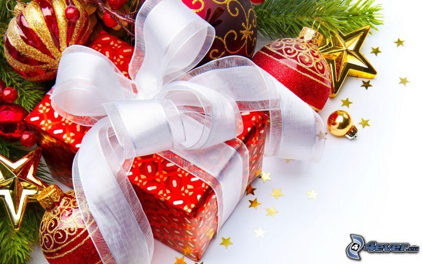 prezent, bombki choinkowe, gwiazda, iglaste gałęzie