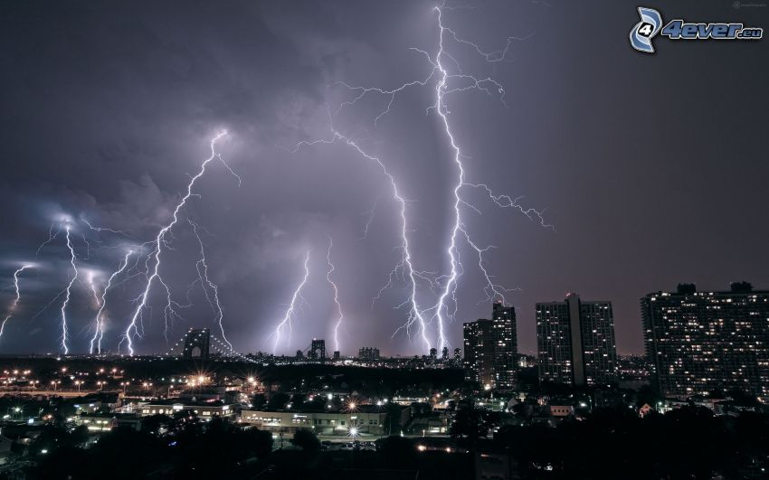 miasto nocą, pioruny