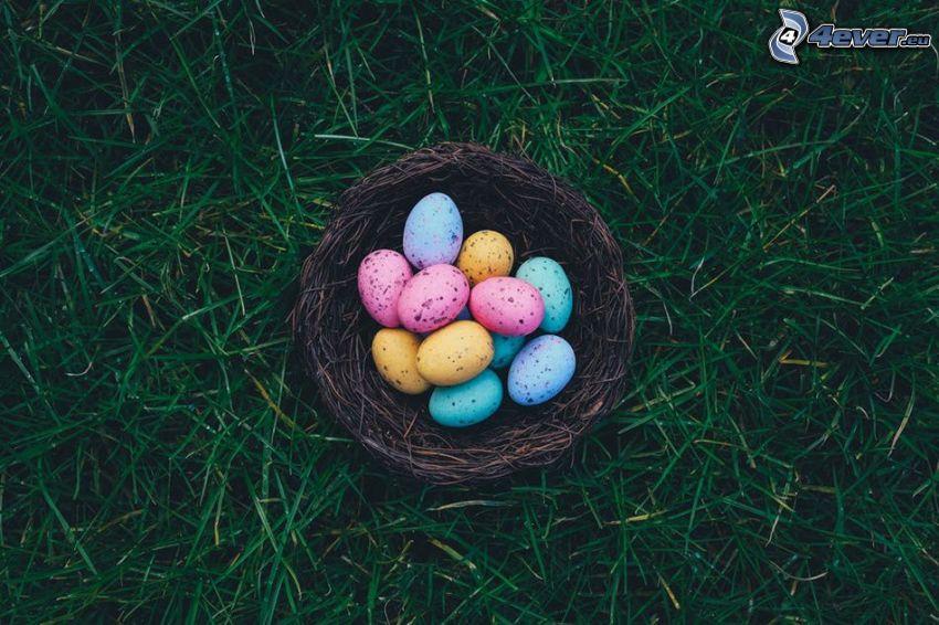 wielkanocne jajka, trawa, koszyk