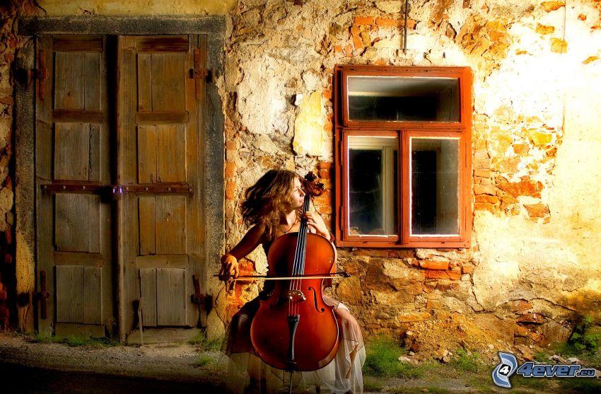 dziewczyna grająca na wiolonczeli, okno, stare drzwi, stary dom