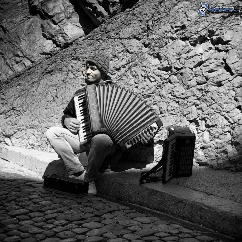 gra na akordeonie, czarno-białe zdjęcie