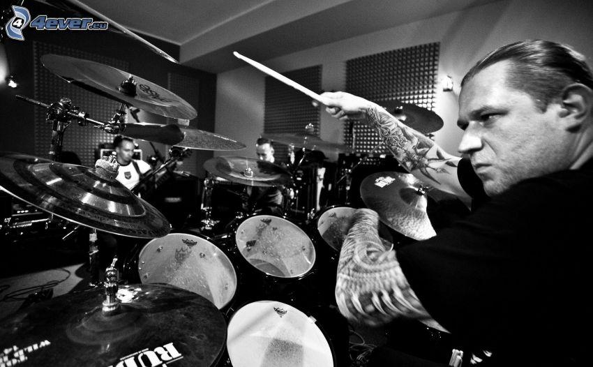 gra na perkusji, czarno-białe zdjęcie