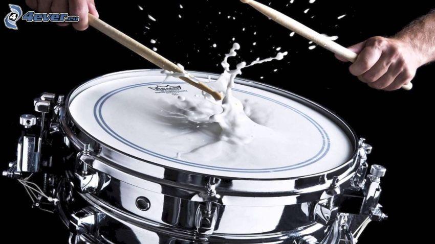 gra na perkusji, mleko, plusk