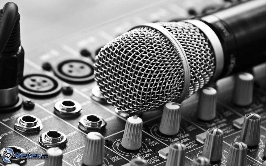 mikrofon, konsola dyskdżokeja, czarno-białe zdjęcie