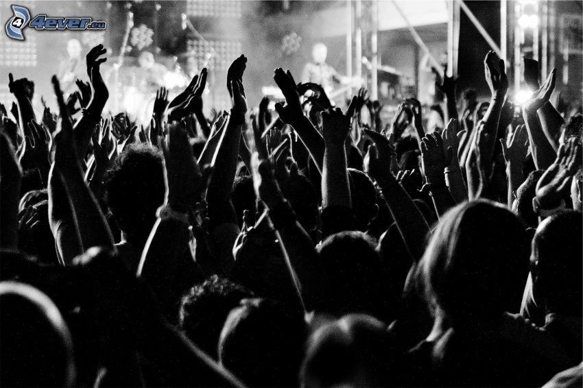 tłum, ręce, czarno-białe zdjęcie