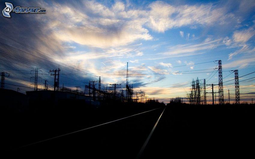 kable eletryczne, tory kolejowe, chmury