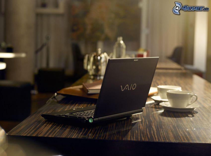 Sony Vaio, notebook, stół, kubki