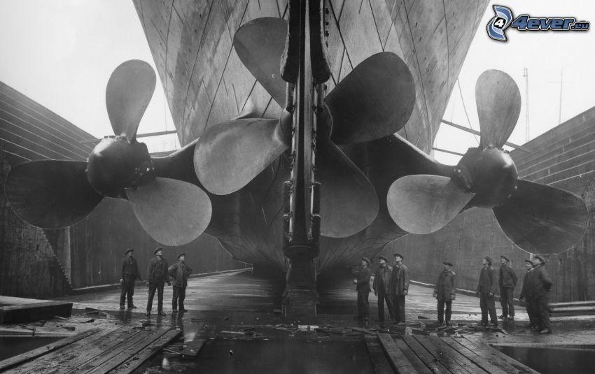 Titanic, śmigło, mężczyźni, czarno-białe zdjęcie