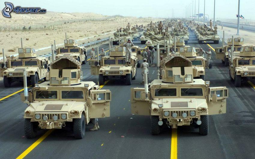 Hummer, żołnierze, czołgi