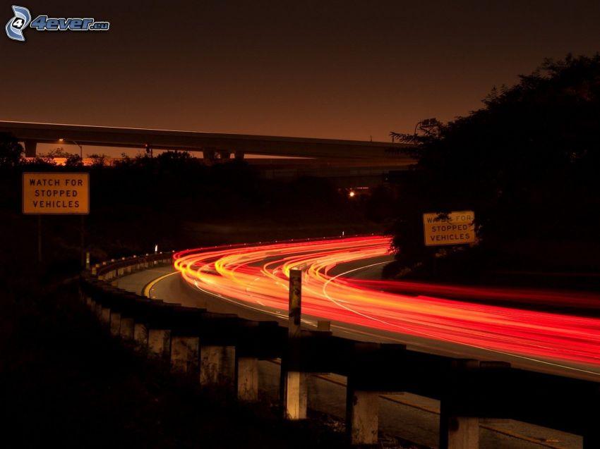 autostrada nocą, światła