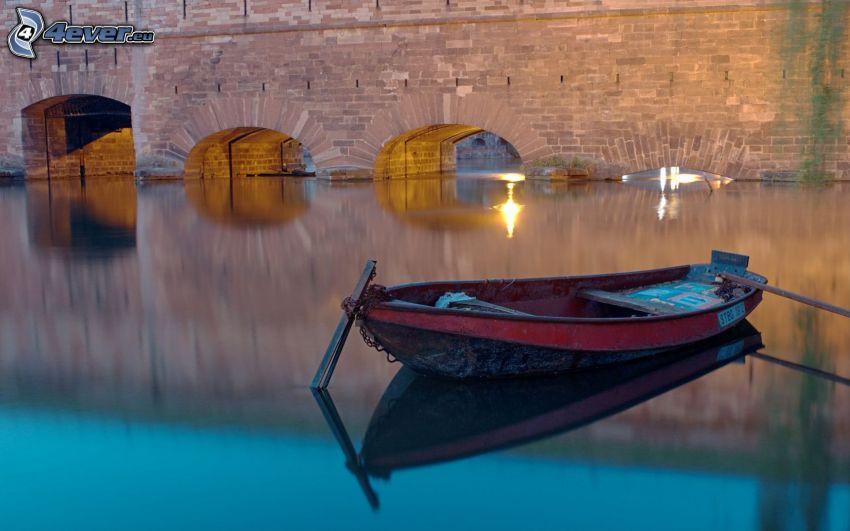 łódka na rzece, kamienny most