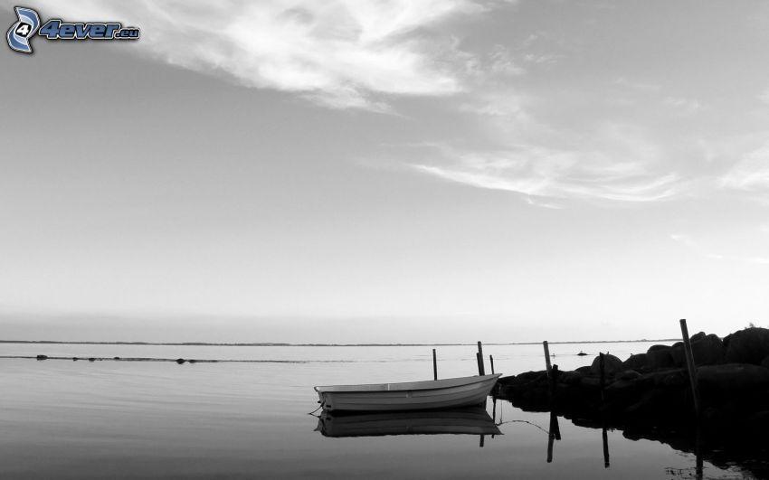 łódź na brzegu, morze, molo, czarno-białe zdjęcie