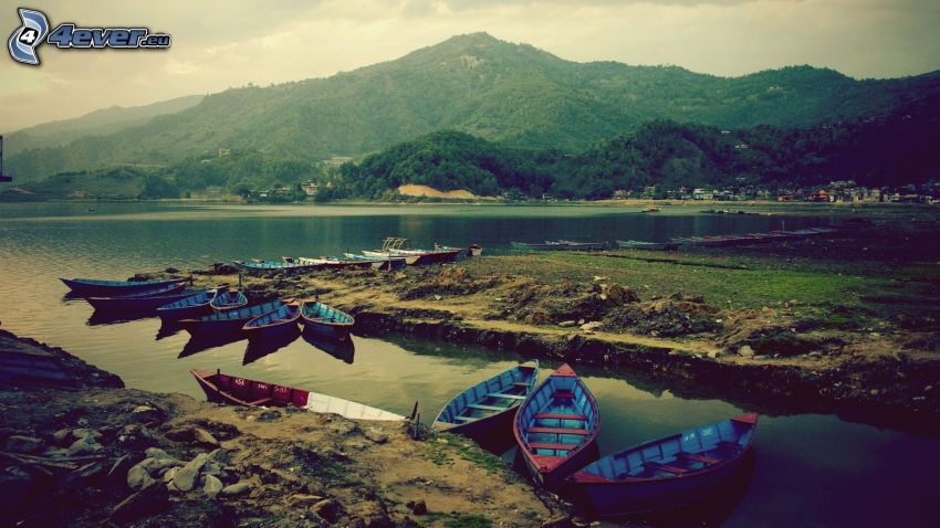 łodzie na brzegu, góra