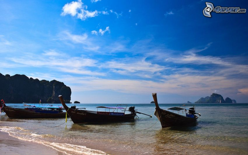 łodzie na brzegu, morze, niebo