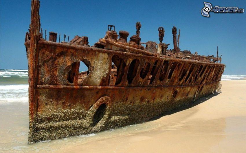 opuszczony zardzewiały statek, plaża