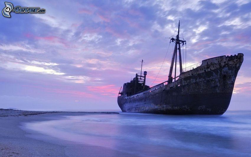 opuszczony zardzewiały statek, wrak, morze