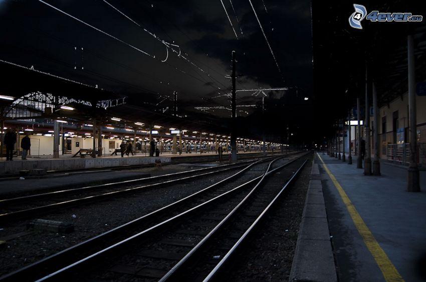 stacja kolejowa, noc, tory kolejowe