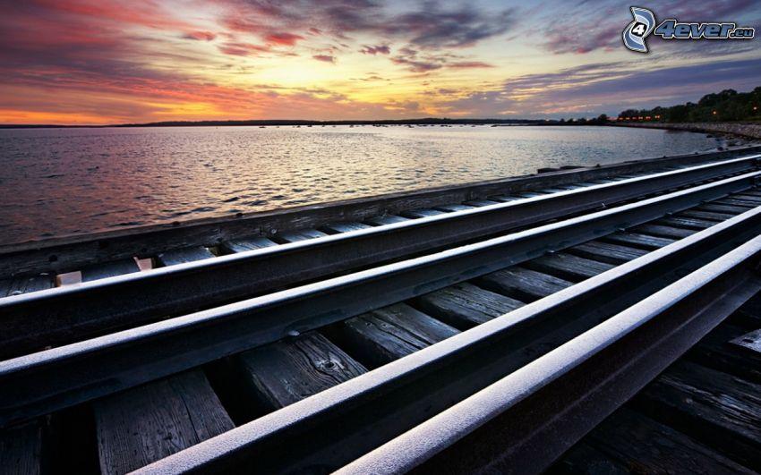 tory kolejowe, jezioro, po zachodzie słońca