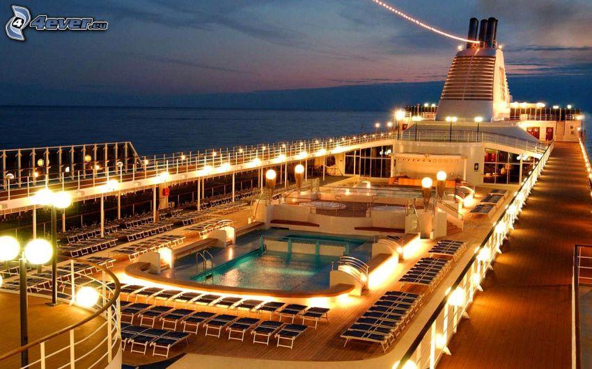 statek wycieczkowy, morze, basen, leżaki, kominy