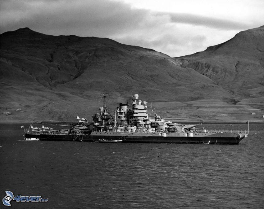 USS Idaho, czarno-białe zdjęcie, pasmo górskie