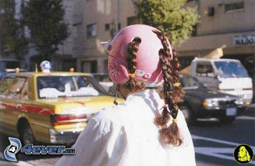 kobieta w kasku, kask, warkocze