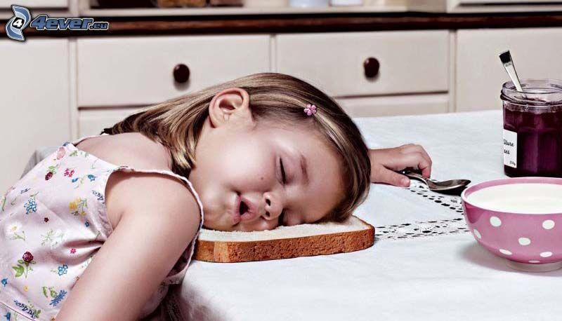 śpiące dziecko, toast