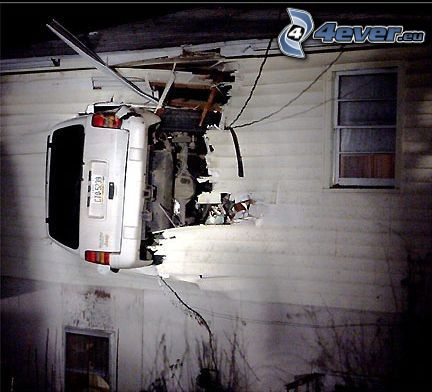 wypadek, samochód, dziura, drewniany dom