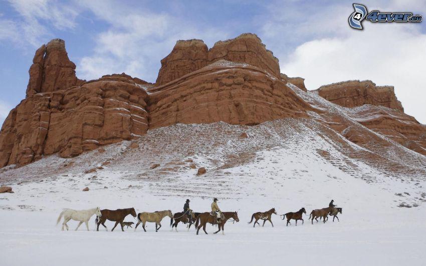 konie, mężczyźni, skały, śnieg