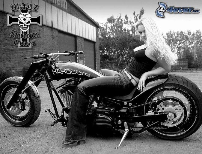 blondínka, motorka, čiernobiele