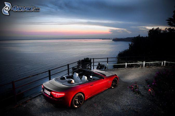 Maserati GranCabrio, výhľad na more, kabriolet, podvečer