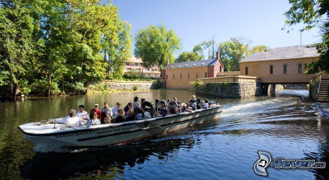 turistická loď, domy na vode, rieka