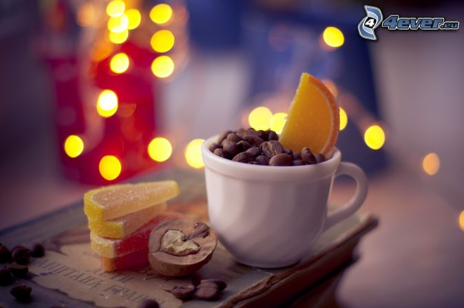 šálka, kávové zrná, cukríky, želé, orech