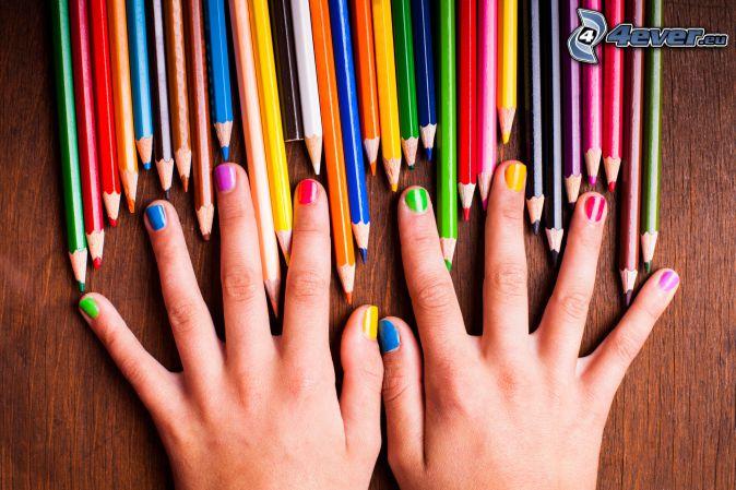 nalakované nechty, farebné ceruzky, farby, ruky