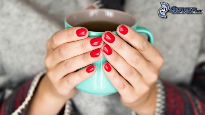 nalakované nechty, šálka čaju