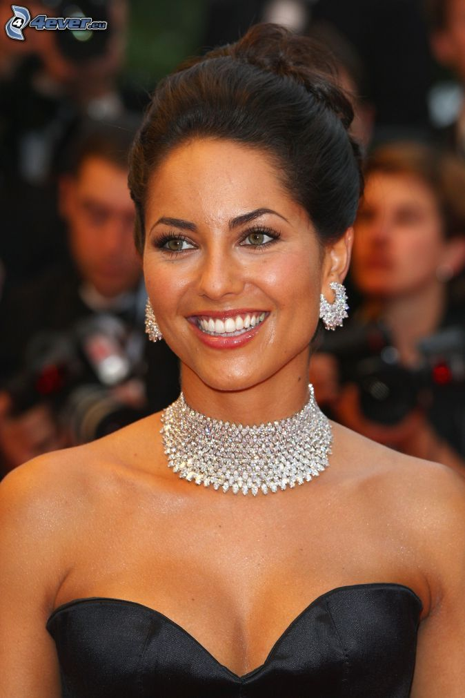 Barbara Mori, úsmev, šperky