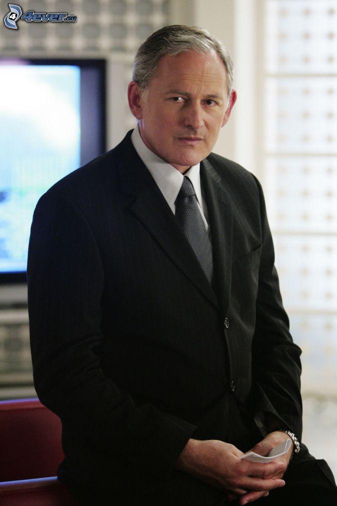 Victor Garber, muž v obleku