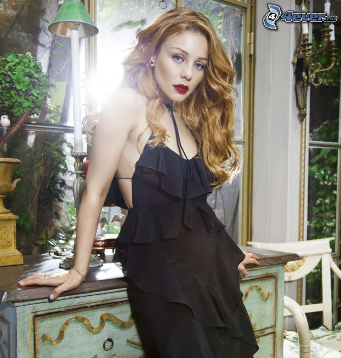 Tina Karol, čierne šaty, červené pery