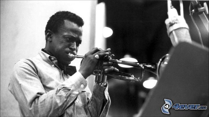 Miles Davis, trúbka, čiernobiela fotka
