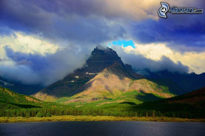 Mount Wilber, skalnaté hory, oblaky, jazero, les