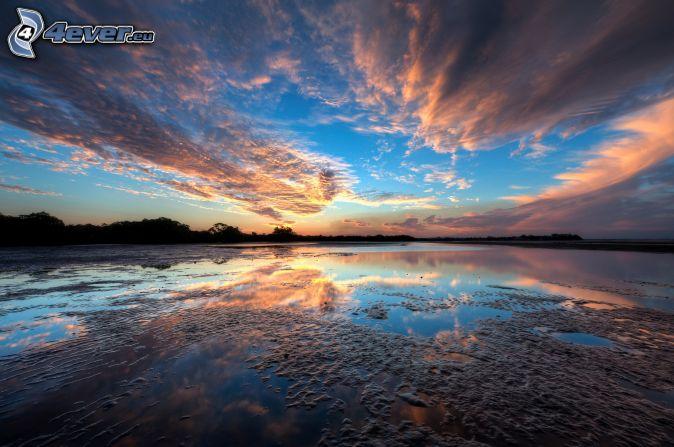 jazero, po západe slnka, oblaky