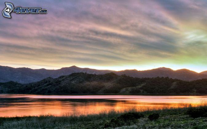 večerné pokojné jazero