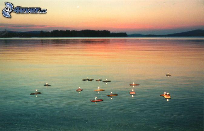 loďky na jazere, sviečky, večer, po západe slnka